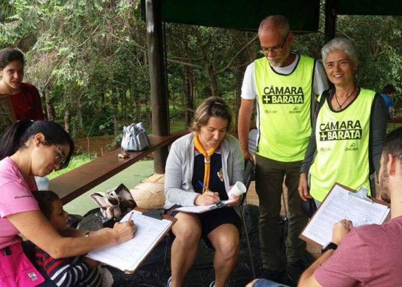 Voluntários coletam assinaturas para o projeto Câmara Mais Barata;
